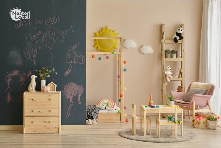 spatiu de joaca montessori table desen perete tabla neagra desen masuta joaca